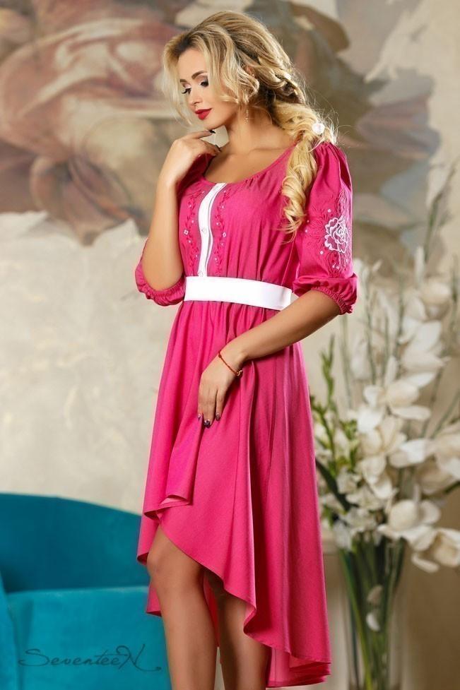 Літнє плаття-вишиванка з асиметричним подолом і рукавами три чверті. Малинове, яскраво-рожеве