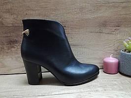 Демисезонные женские ботинки из натуральной кожи на каблуке Romax