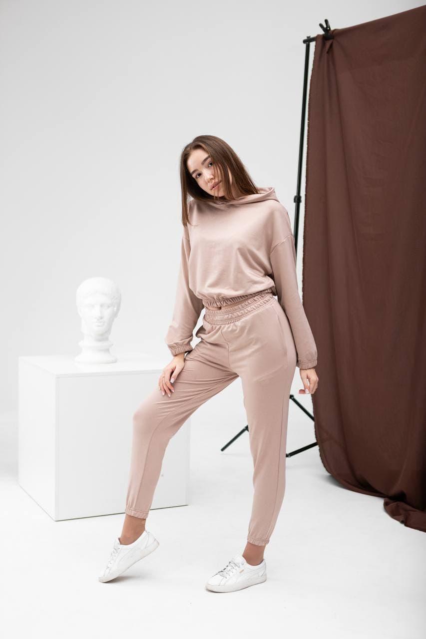 Костюм женский (укороченное худи + штаны с высокой посадкой) бежевый. Стильный женский костюм бежевого цвета.