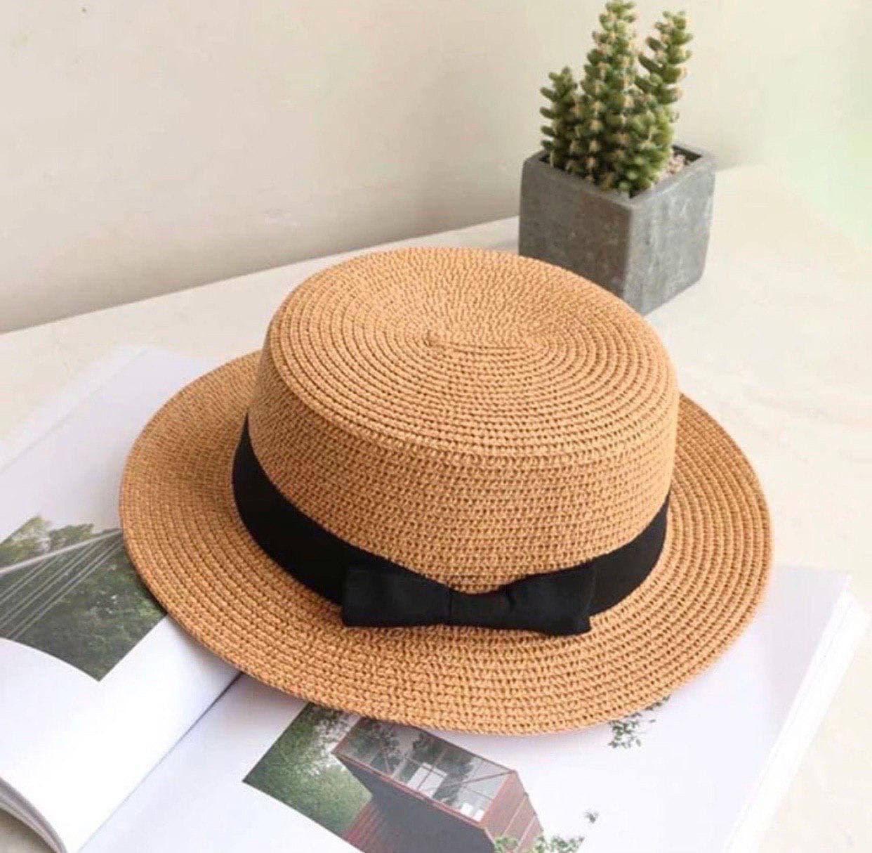 Конотье французька, солом'яний капелюх жорсткої форми з прямими полями