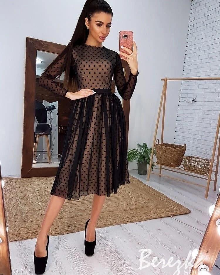 Женское платье в горошек ниже колен