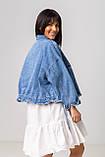 Стильная короткая куртка-джинсовка с рваным краем в голубом цвете с карманамив 4 размерах: S, M, L, XL., фото 2