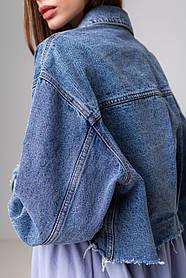 Стильная короткая куртка-джинсовка с рваным краем в голубом цвете с карманами в 4 размерах: S, M, L, XL.
