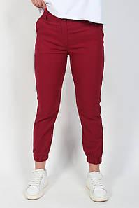 Брюки джоггеры женские на манжетах с резинкой и карманами из бенгалина бордового цвета