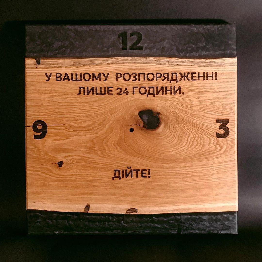 Дерев'яна яний настінний годинник з ліпленням, дерев'яні настінні годинники з написом