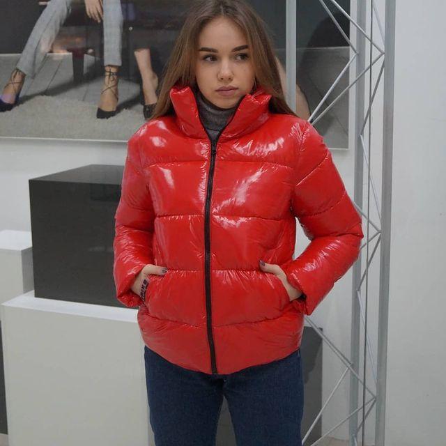 Червона лакова куртка весняна