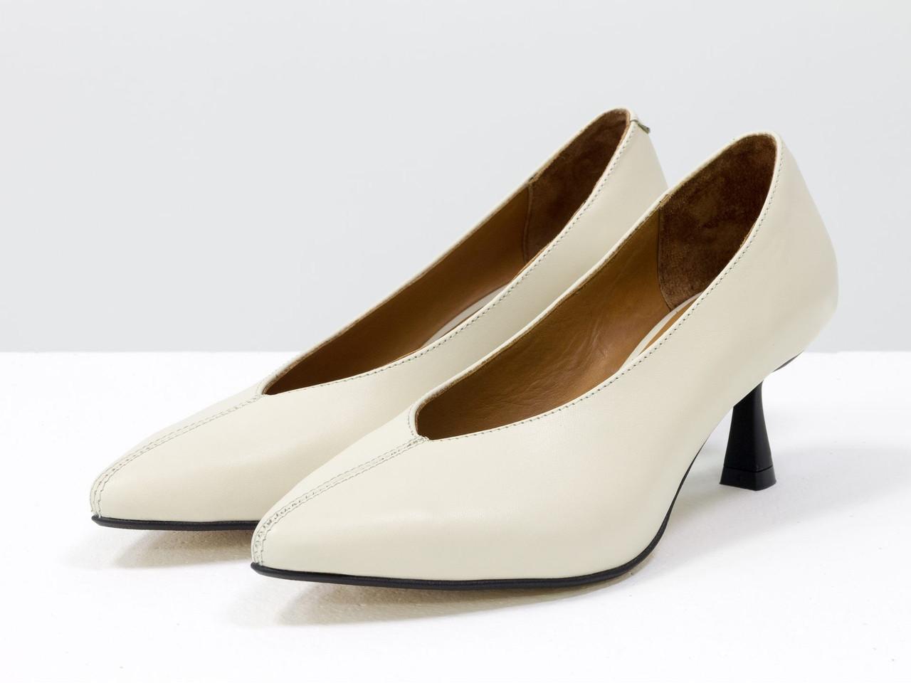 Дизайнерські туфлі на невисокому шпильці, виконані з натуральної італійської шкіри молочного кольору