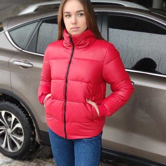 Стильная красная куртка из экокожи весенняя