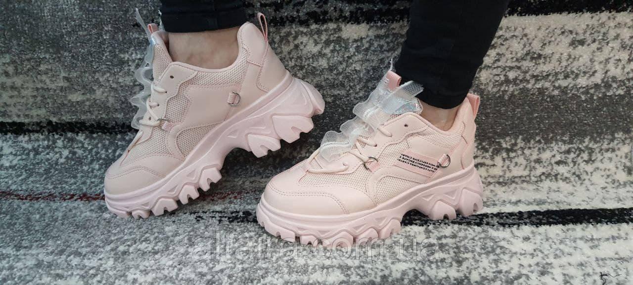 Стильні ніжно-рожеві жіночі кросівки на високій підошві.