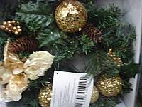 Венок новогодний  с еловыми шишками украшенный золотом