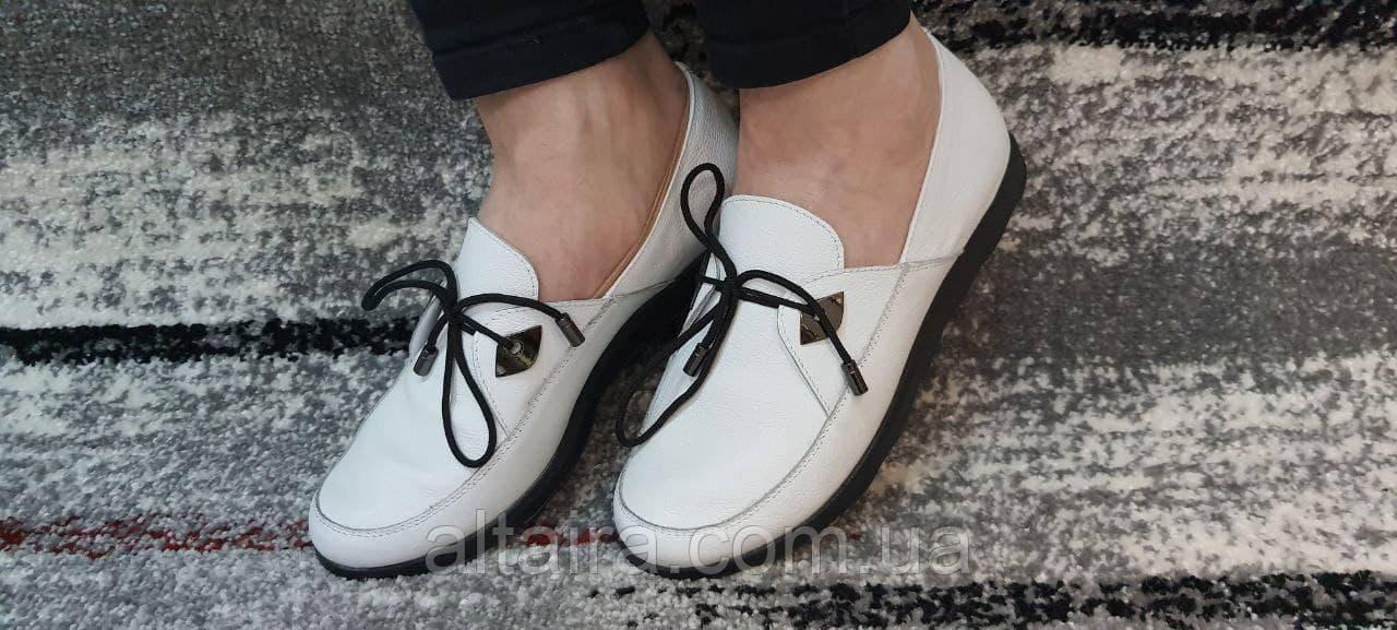 Білі жіночі мокасини з натуральної шкіри на тонкій підошві.