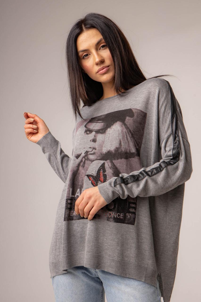 Тонка вільна жіноча кофта з принтом і круглим вирізом у сірому кольорі в універсальному розмірі