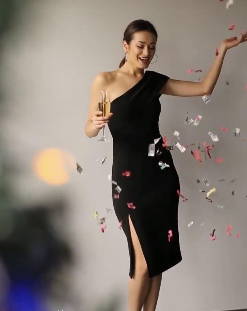 Нарядное элегантное платье длиною за колено на одно плечо  с разрезом сбоку в 3 цветах в размере S, M, L.