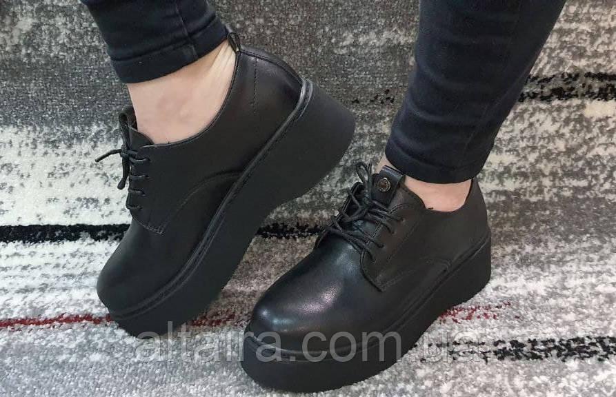 Женские черные туфли на шнурках на высокой подошве.