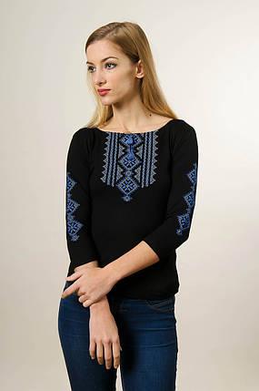 Модная женская футболка с вышивкой с рукавом 3/4 черного цвета с голубым орнаментом «Гуцулка», фото 2