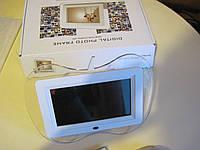 Цифровая фоторамка в форме логотипа Apple, с полнофункциональным пультом дистанционного управления.