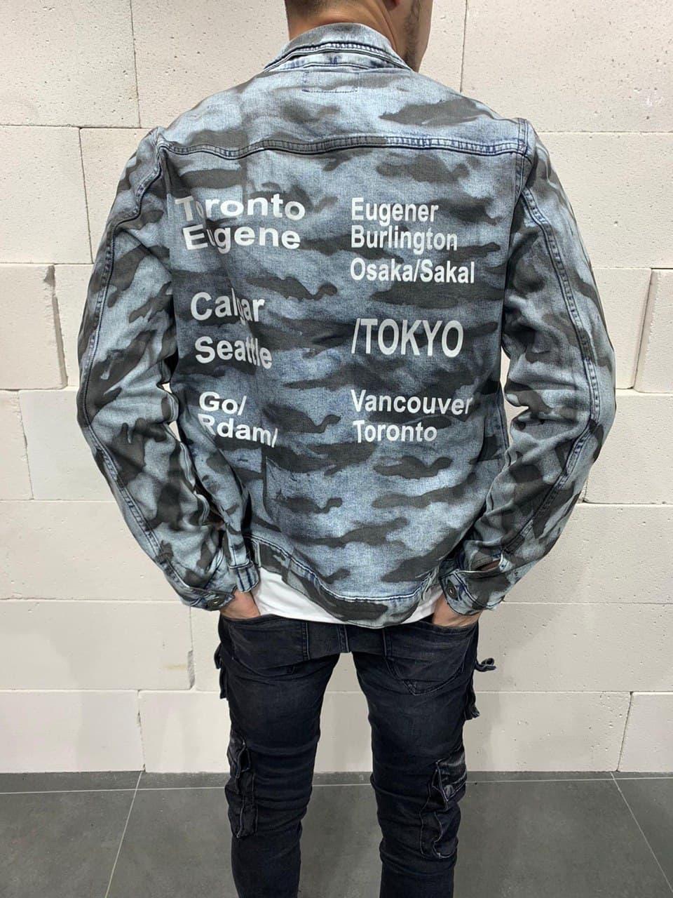 Молодіжний чоловічий піджак джинсовий джинсовці камуфляжна з написами блакитна | Стильна легка куртка сорочка