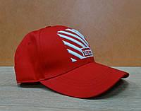 Коттоновая кепка красного цвета с вышитым значком