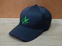 Стильная серая кепка с вышитым значком