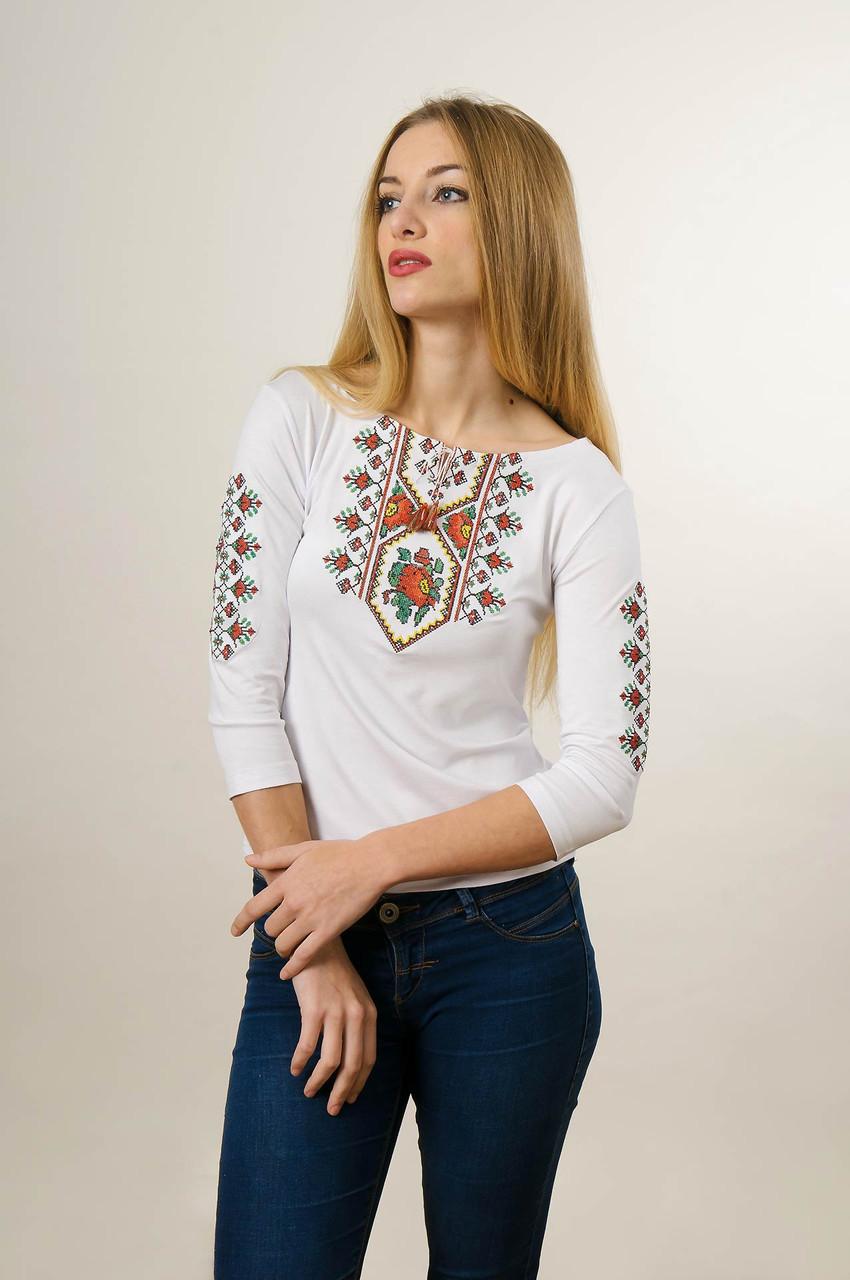 Женская вышитая футболка с рукавом 3/4 белого цвета с красным цветочным орнаментом «Маки цветные»