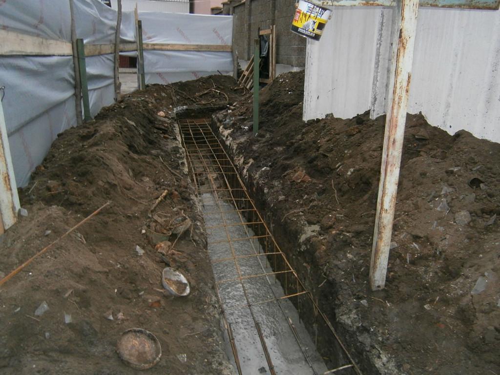 Изъятие довольно сложного грунта (в том числе с помощью отбойного молотка) для устройства траншеи под ленточный фундамент.