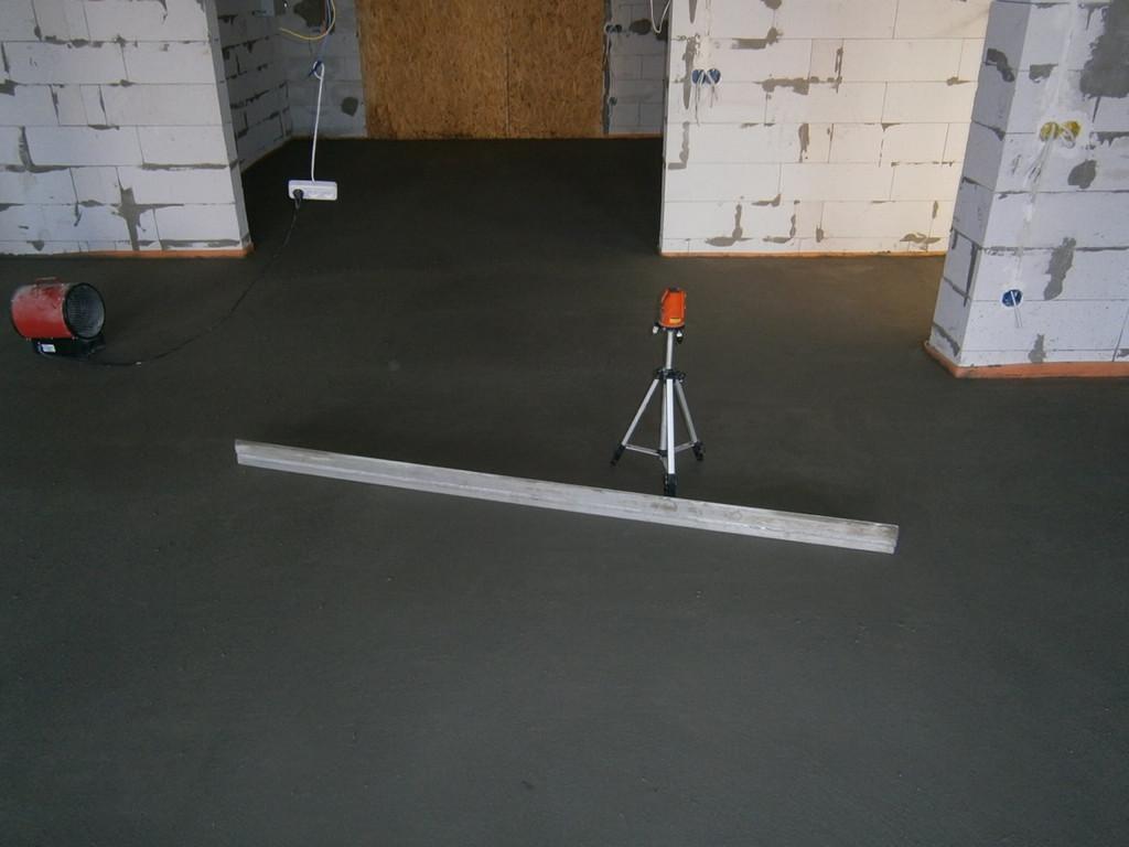 Стяжка пола в коттедже (по тёплому полу), около 200 квадратных метров. Цементно-песчаный раствор принимался с миксера, все работы (с полным перетиранием поверхности) заняли три дня.