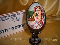 Сувенир Яйцо  среднее на подставке Украинка с хлебом