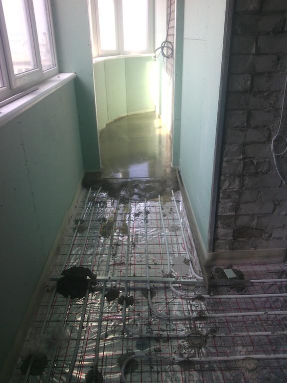 Некоторое неудобство (легко преодолимое) вызывает устройство стяжки на балконах и лоджиях (негде развернуться)