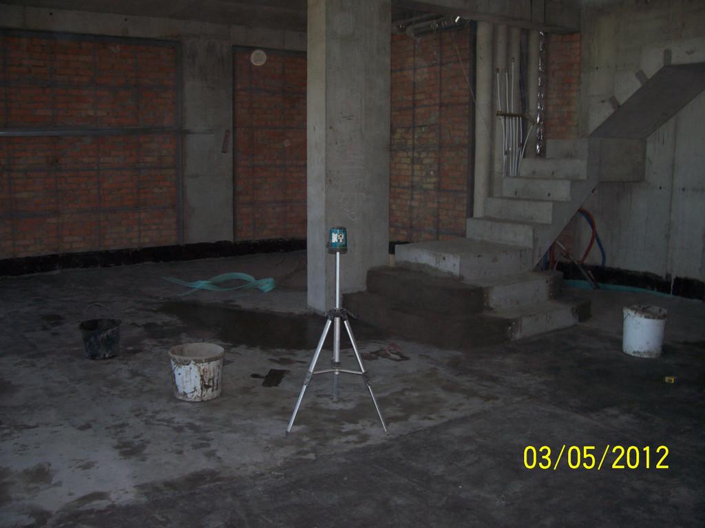 Разноуровневая стяжка в двухэтажной квартире (бетонная лестница тоже на нашей совести)