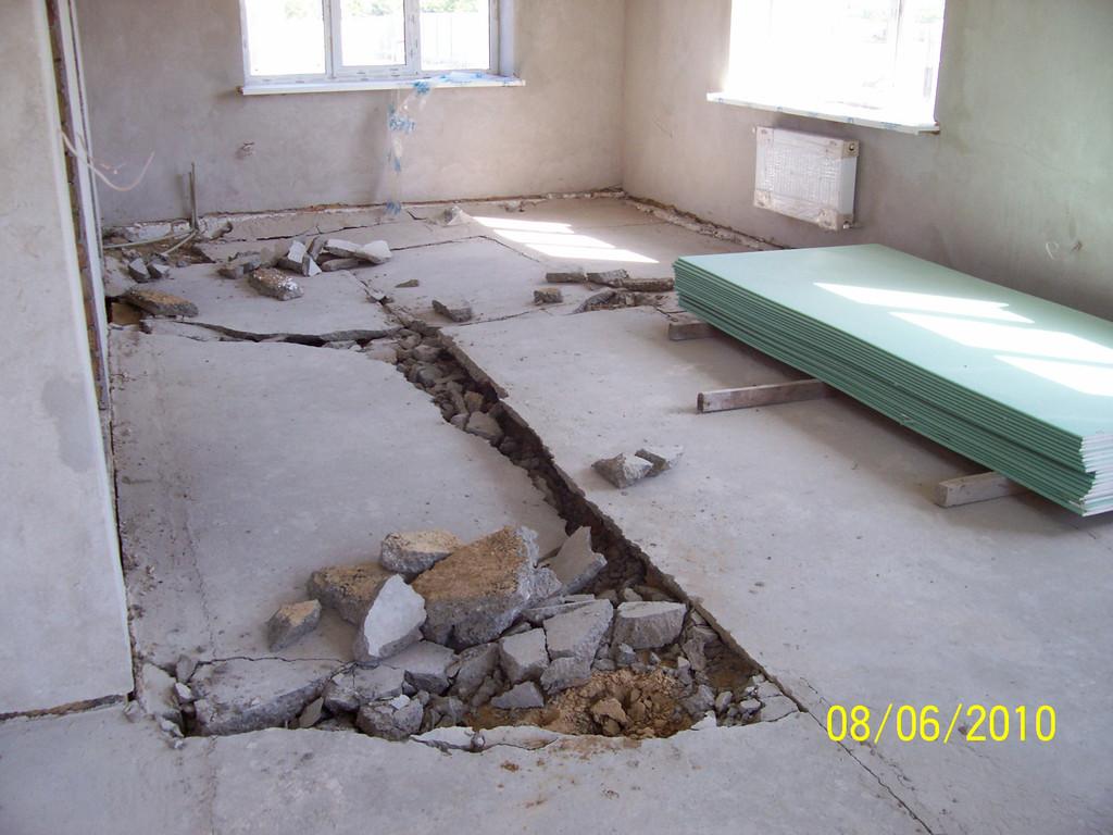 Работы по изготовлению стяжки в загородном поселке (Александровка). В первую очередь был демонтирован предыдущий некачественно выполненный цементно-песчаный пол.