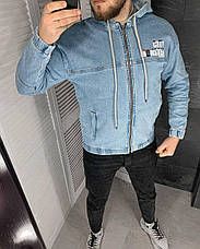 Куртка мужская джинсовая голубая на манжетах с  капюшоном и надписями, фото 2