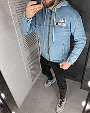 Куртка мужская джинсовая голубая на манжетах с  капюшоном и надписями, фото 3