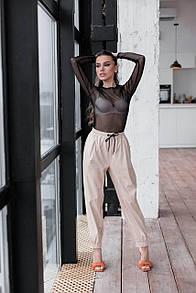 Женские брюки из эко-кожи с карманами бежевые