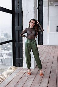 Женские брюки из эко-кожи с карманами зеленые