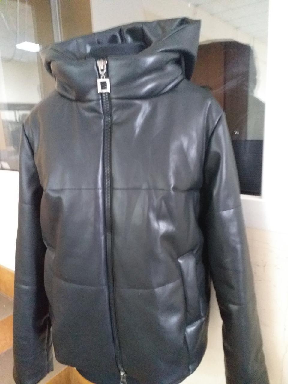 Курточка молодёжная из эко-кожи с капюшоном демисезонная