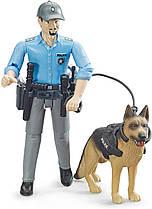 BRUDER  Фигурка полицейского с собакой  (62150)