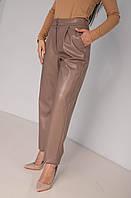 Классический женские брюки из эко-кожи в цвете капучино