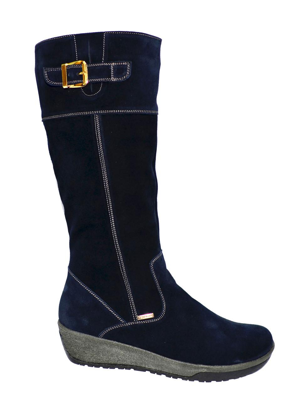 Женские синие замшевые сапоги на невысокой платформе.
