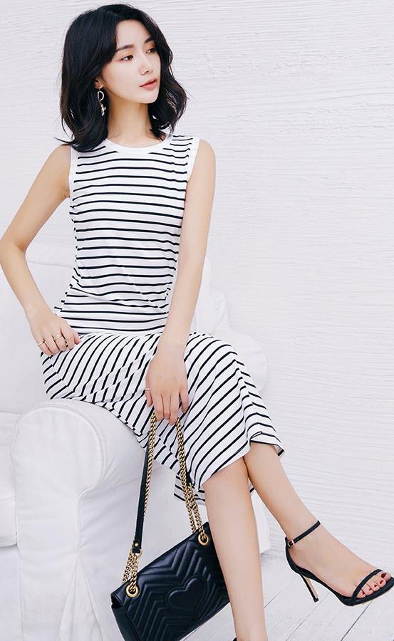 Стильне жіноче плаття в смужку