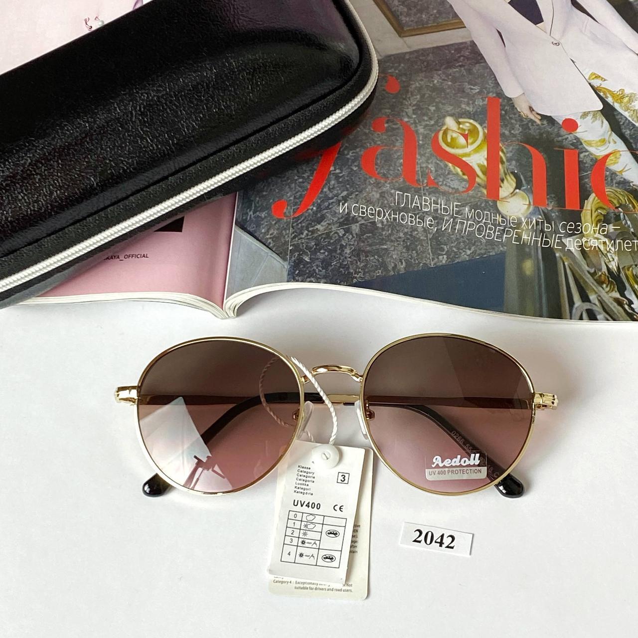 Стильные солнцезащитные очки с розово-коричневой линзой