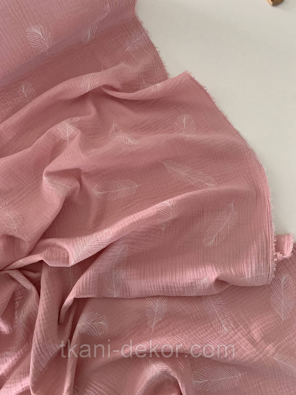 Муслин (хлопковая ткань) перышки крупные на розе (85*135)