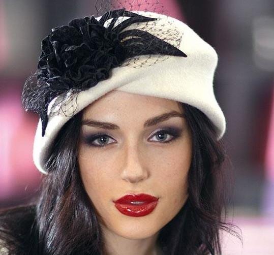 Оригінальний капелюшок з фетру колір білий з прикрасою
