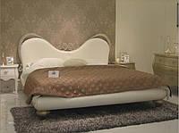 Кованная кровать с кожаным изговьем.
