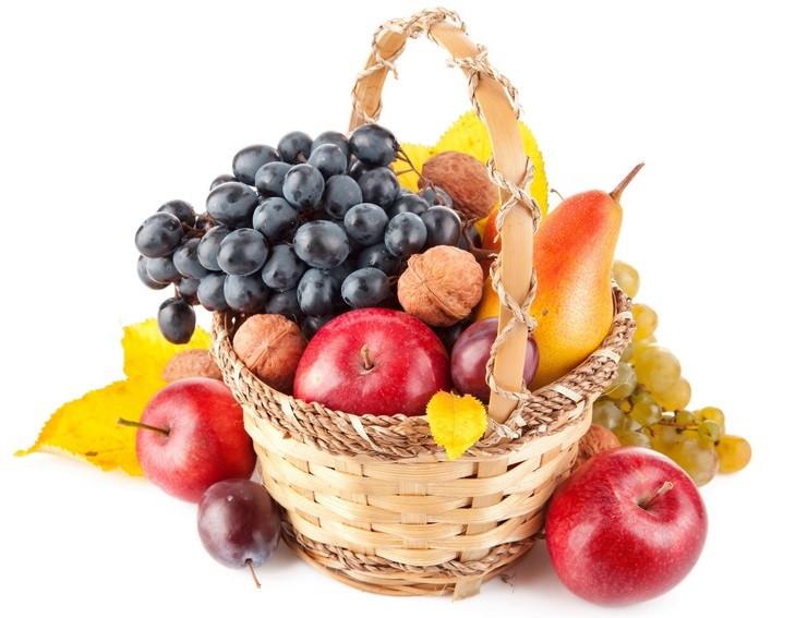Кошик фруктовий подарунковий вітальний їстівний з яблуками грушами сливами горіхами