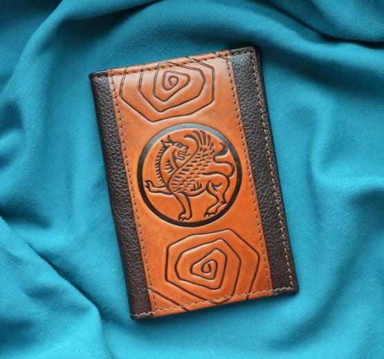 """Обложка для паспорта кожаная с художественным тиснением """"Грифон"""". Цвет коричневый"""