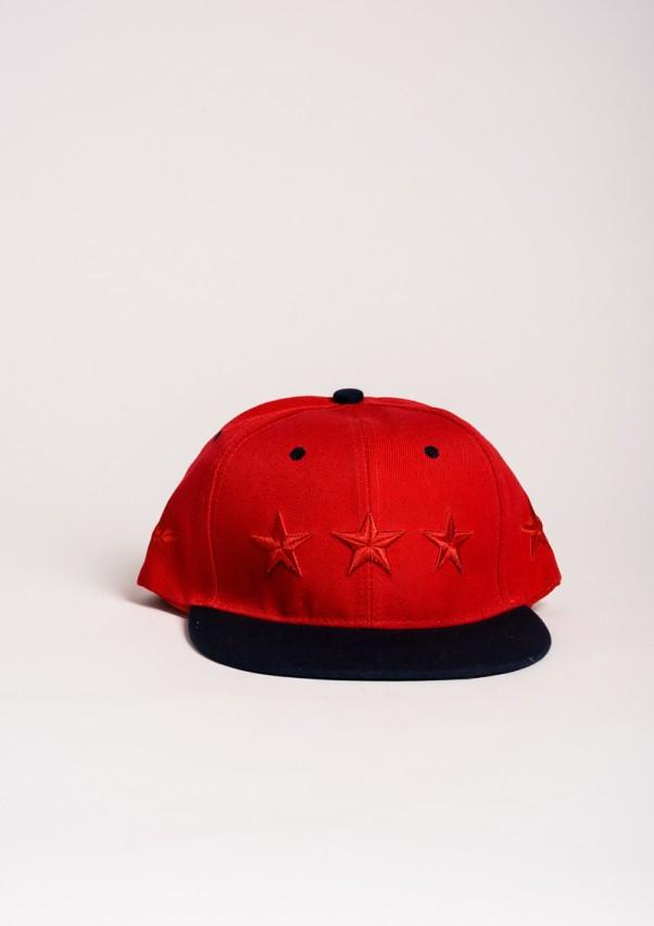Червона кепка з вишитими червоними зірками