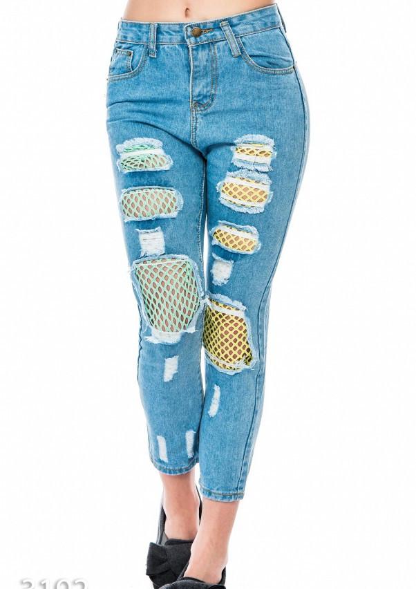 Рваные синие джинсы со вставками из цветной неоновой сетки