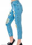 Рваные синие джинсы со вставками из цветной неоновой сетки, фото 2