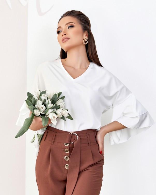 Молочная блуза с воланами на рукавах