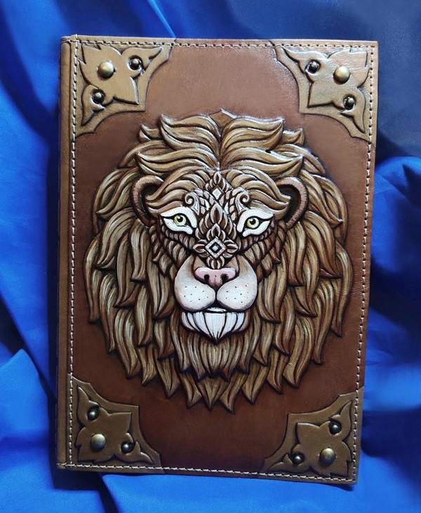 """Щоденник А5 формату в шкіряній обкладинці c художнім об'ємним тисненням ручної роботи """"Шляхетний лев"""""""